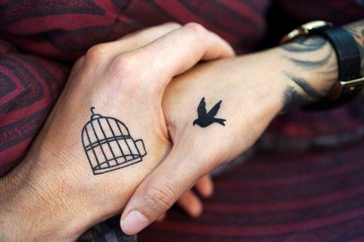 Tatuajes en las manos.