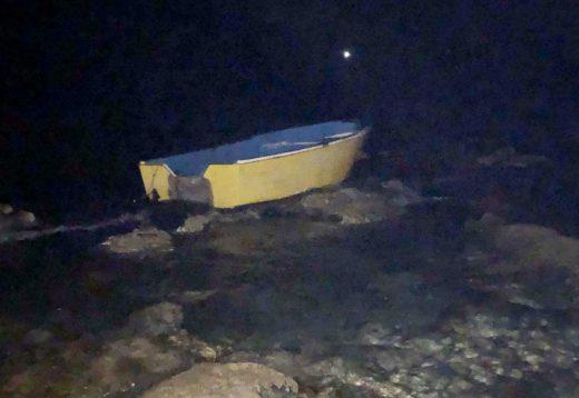 La patera que alcanzó la costa d'en Caragol, en la parte de Son Ganxo, con diez personas a bordo. (Foto:T.M.)