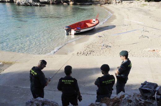 La patera se descubrió sobre las ocho de la mañana en la playa de Binisafúller. (Fotos: T.M.)