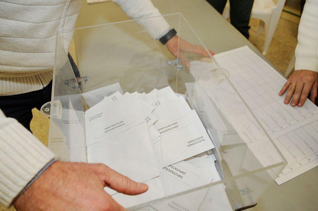 Votos en las urnas.