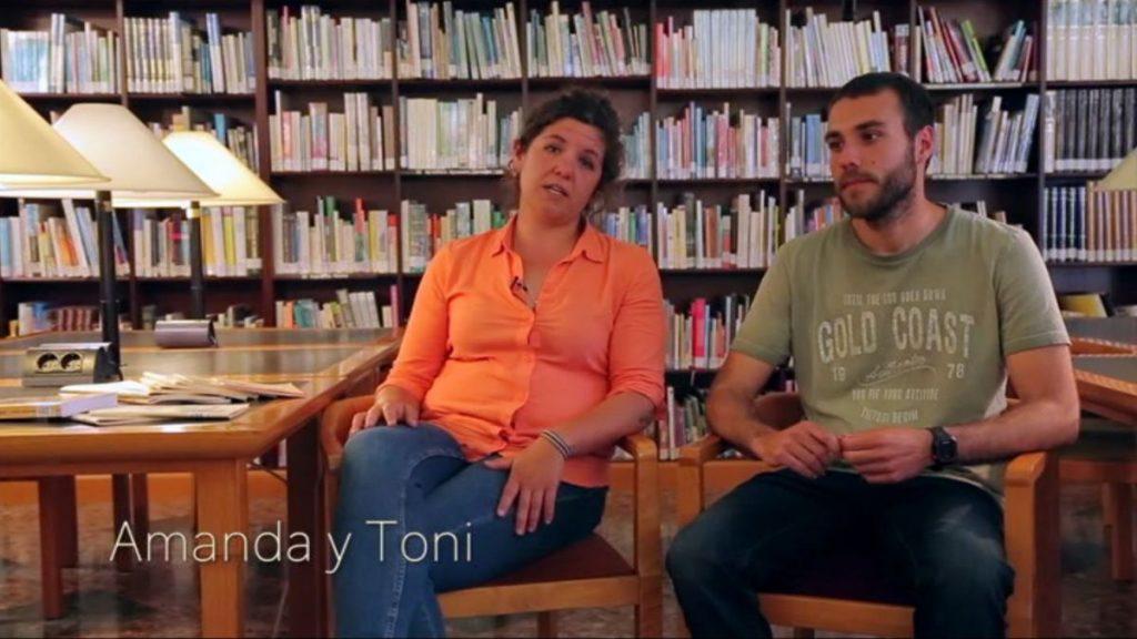 Amanda y Toni tienen una historia en la biblioteca