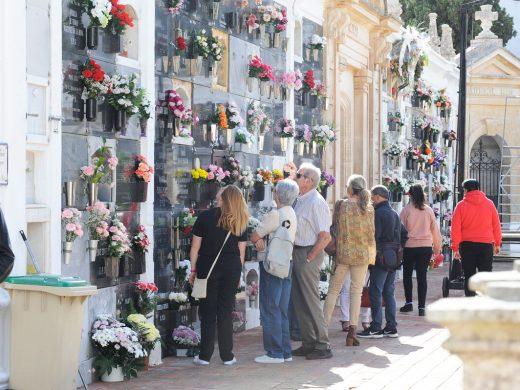 Flores en los cementerios de Menorca y el toque de silencio de Alaior