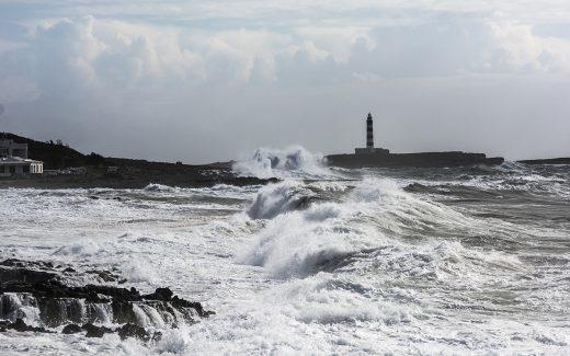 Olas rompiendo en la costa sur (Foto: Mikel Llambías)