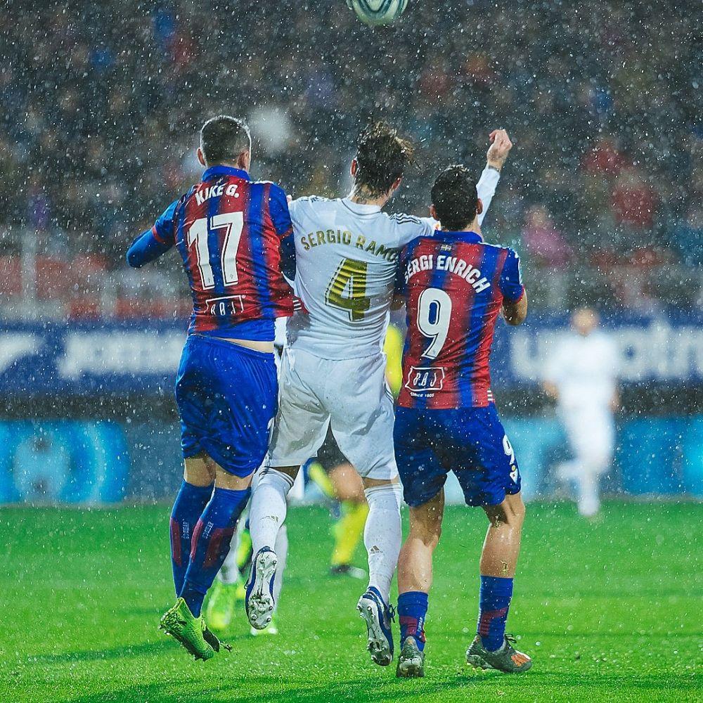 Sergi Enrich pelea un balón con Sergio Ramos (Foto: SD Eibar)