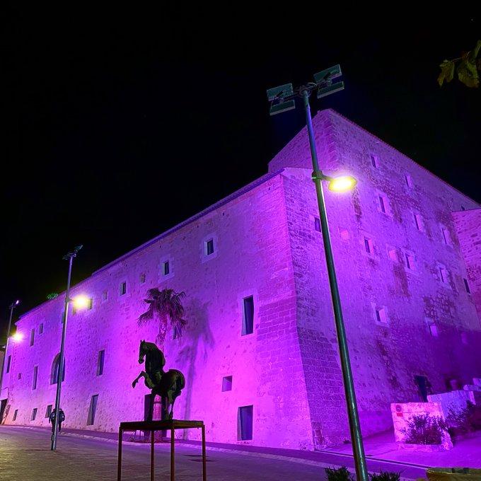 La fachada del Convent de Sant Diego, teñida de lila (Foto: Ajuntament d'Alaior)