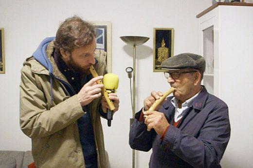 """Edu Soto, aprendiendo a tocar el """"flabiol"""" (Foto: TVE)"""