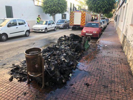 (Fotos y vídeo) Alarma en Es Castell al arder tres contenedores cerca de una fábrica