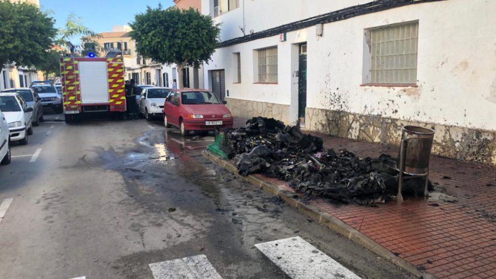 Imagen de los contenedores quemados (Fotos: Tolo Mercadal)