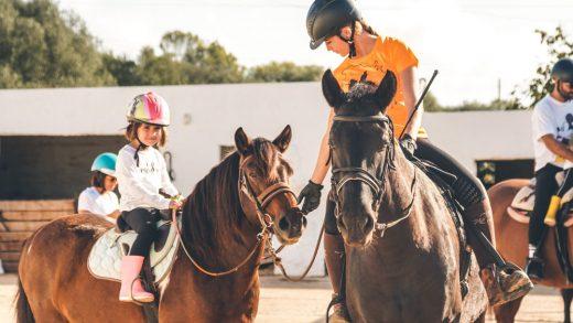Las excursiones a caballo son una de las actividades para hacer en familia (Foto: Menorca Activa)