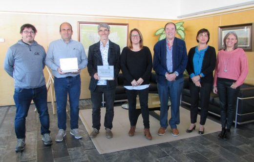 Los ganadores con la presidenta del Consell de Menorca