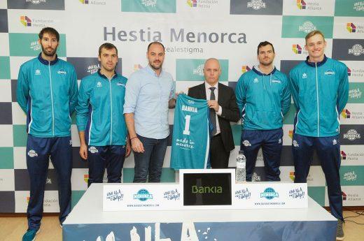 Fotografía tras la firma del acuerdo (Fotos: Tolo Mercadal)