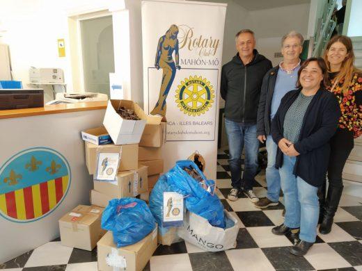 En la imagen la alcaldesa, Carol Marquès, con el presidente anual del Rotary Club Mahón-Mô,  José Maria Villalonga