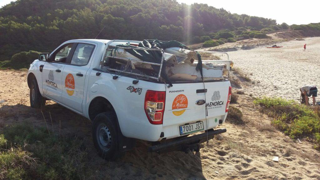 Vehículo del servicio de limpieza de playas