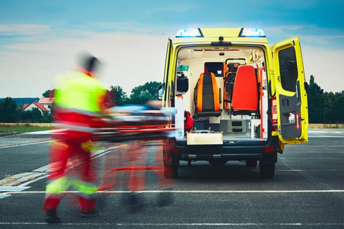 Una ambulancia ha trasladado al herido al Mateu Orfila.