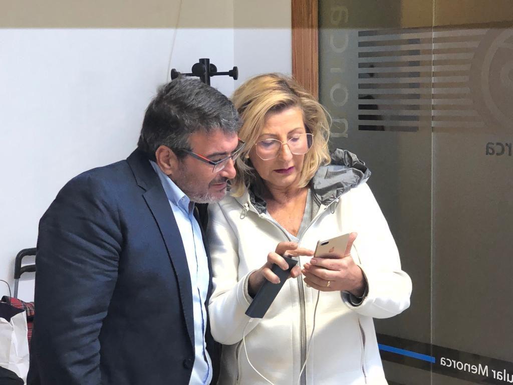 La presidenta del PP Menorca, Coia Sugrañes, y el senador López Ravanals