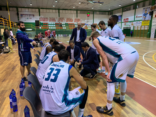 Pagès dando instrucciones al equipo - Foto: Hestia Menorca