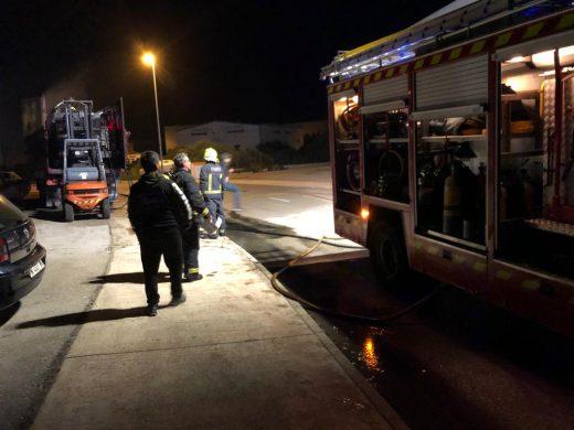 (Fotos) Arde un remolque de camión en Sant Lluís