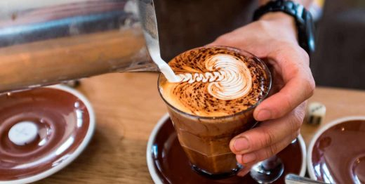 La función de un barista también incluye la preparación de otras bebidas, como tés, infusiones, chocolates, batidos, frappes, smoothies, o cócteles a base de café.