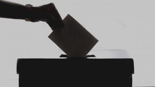 Voto en una urna.