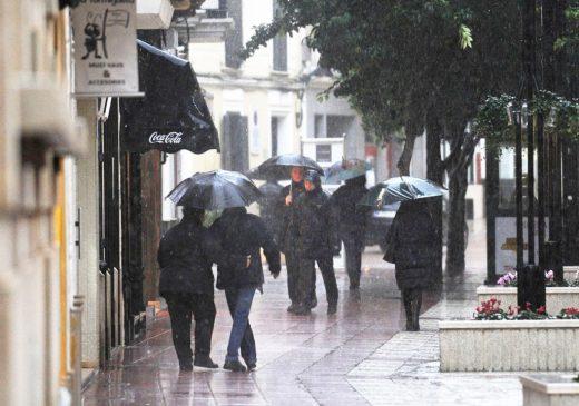 Cojan el paraguas.