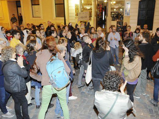 (Fotos) Tensión en la protesta contra la sentencia de la manada