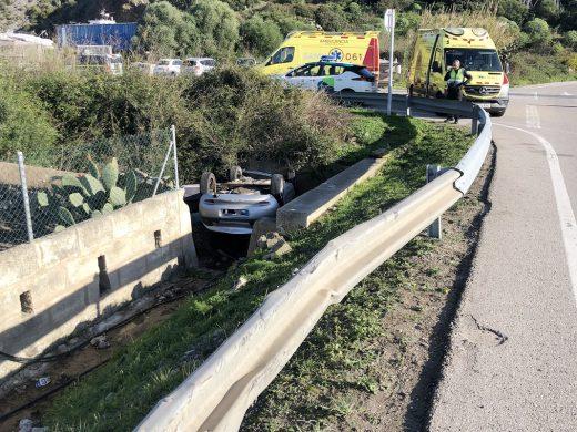 Un vehículo vuelca y cae a la cuneta cerca del puerto de Maó
