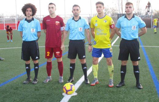 Capitanes y trío arbitral (Foto: futbolbalear.es)
