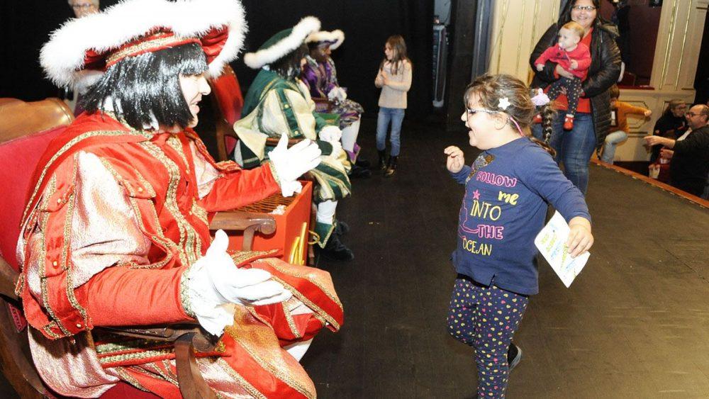 Una niña llega con su carta en el acto que ha tenido lugar en el Teatre Principal (Fotos: Tolo Mercadal)
