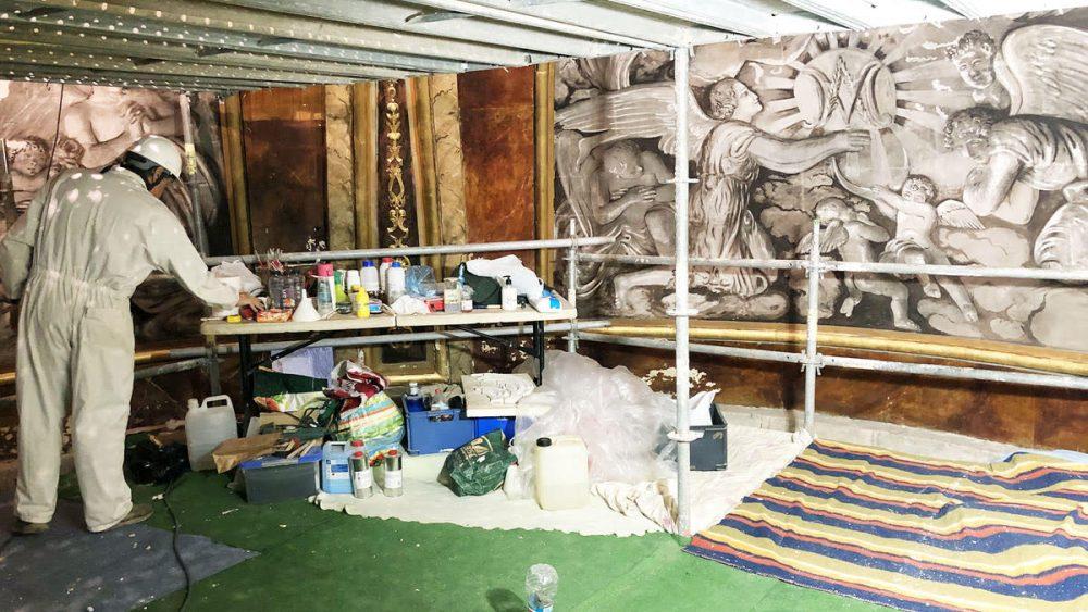 Los restauradores trabajn en la recuperación de las pinturas del mural (Fotos: Tolo Mercadal)