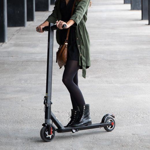 Usuaria de patinete eléctrico.