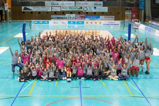 Jugadoras, jugadores, técnicos y directivos del club (Foto: CV Ciutadella)