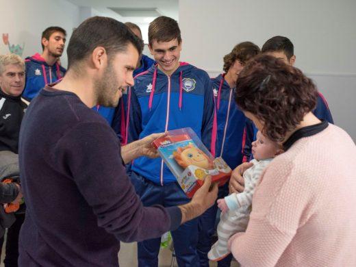(Galería de fotos) El Sporting de Mahón visita el Hospital Mateu Orfila