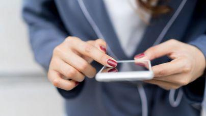 Una mujer escribe en el móvil