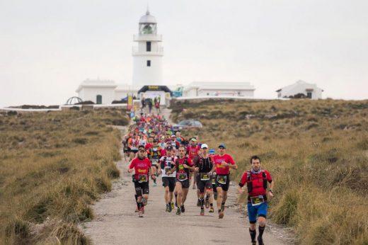Atletas saliendo del Far de Cavalleria (Foto: Biosport Menorca)