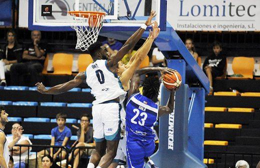 Okeke intentando taponar una acción de Diop en el partido de la primera vuelta - Foto: Tolo Mercadal