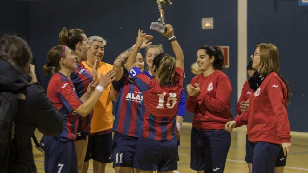 Las jugadoras del Ferreries, con el trofeo (Fotos: Karlos Hurtado)