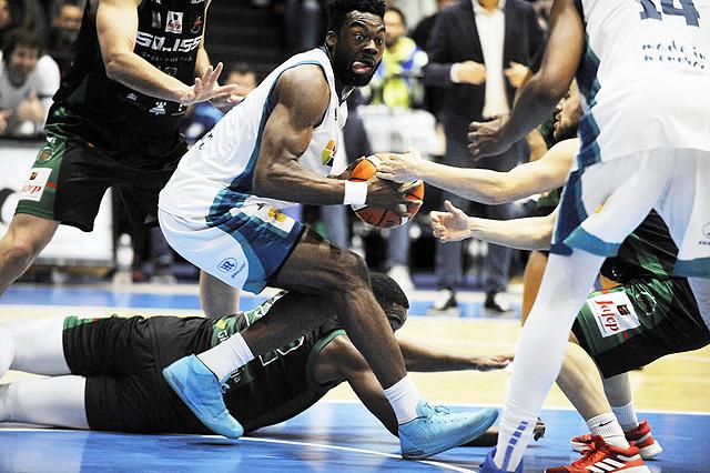 Okeke peleando por el balón ante los manchegos - Foto: T.Mercadal