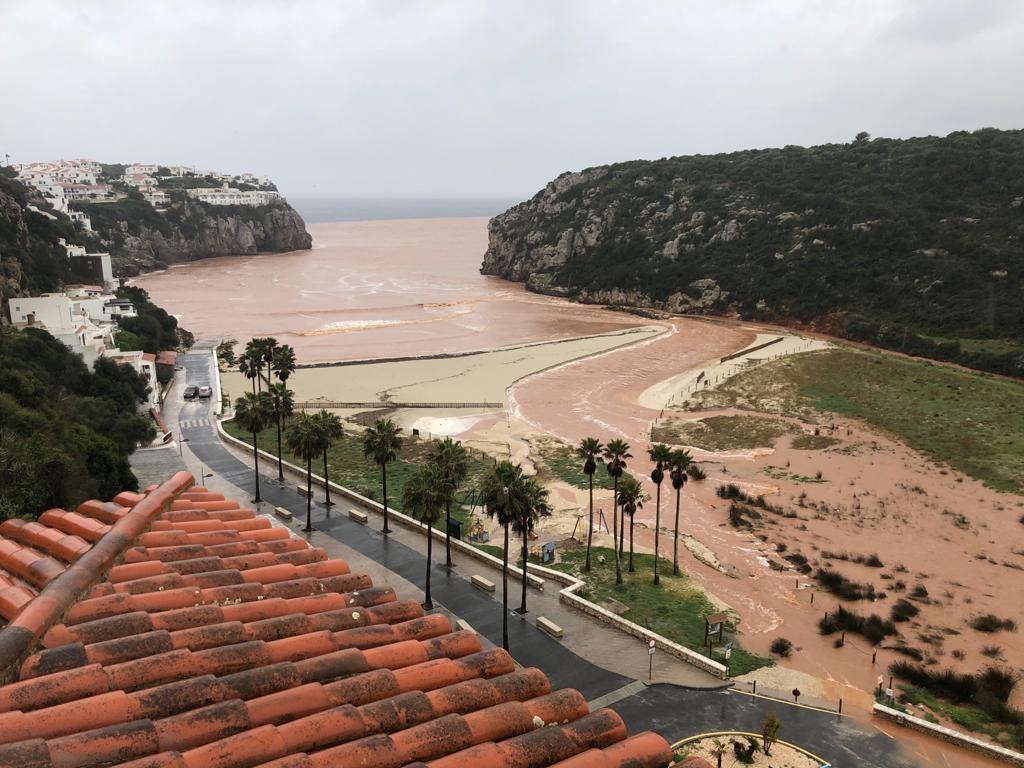 Así ha quedado la playa de Cala en Porter después de las lluvias (Foto: Tolo Mercadal)