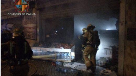Actuación de los bomberos en el incendio (Foto: mallorcadiario.com)
