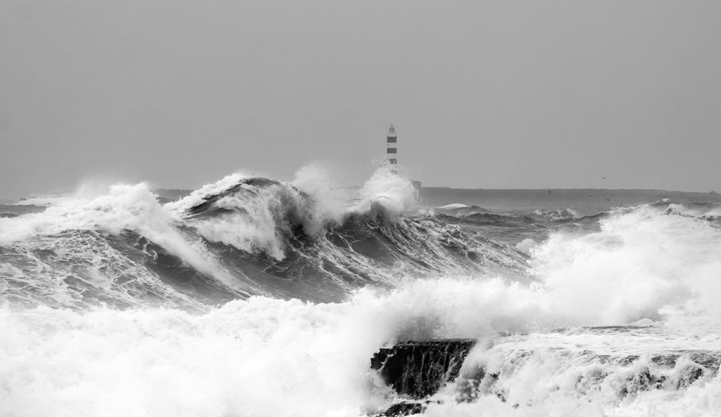 Olas en la costa sur de Menorca (Foto: Mikel Llambías)
