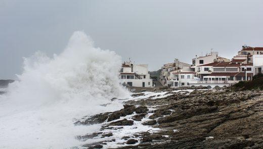 Las altas olas han arrasado estos días la costa de Menorca (Foto: Mikel Llambías)