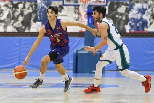 Xavi Hernández defiende a un rival (Foto: FC Barcelona)