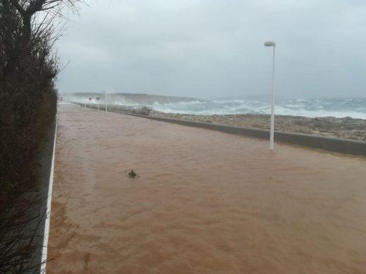 Imagen del paseo marítimo inundado (Fotos: Paco Noguero)