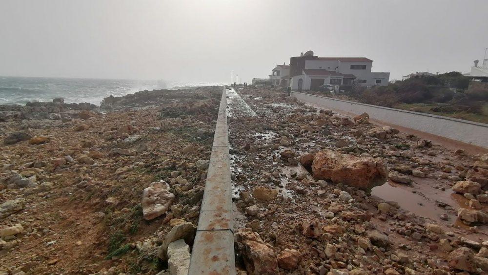 El paseo marítimo de S'Algar quedó destrozado por la fuerza del mar (Fotos: Ayuntamiento Sant Lluís)