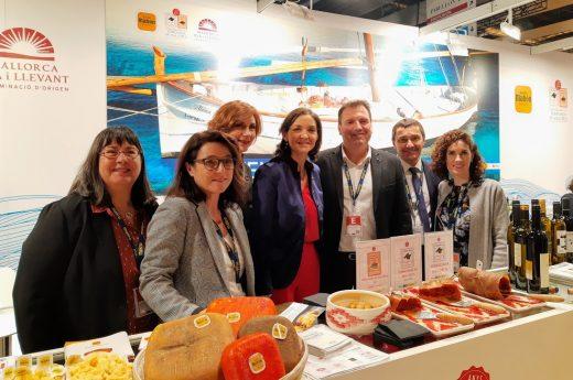 La ministra de Industria, Reyes Maroto, junto a la Secretaria de Estado de Turismo, Bel Oliver, y los representantes de los Consejos Reguladores.