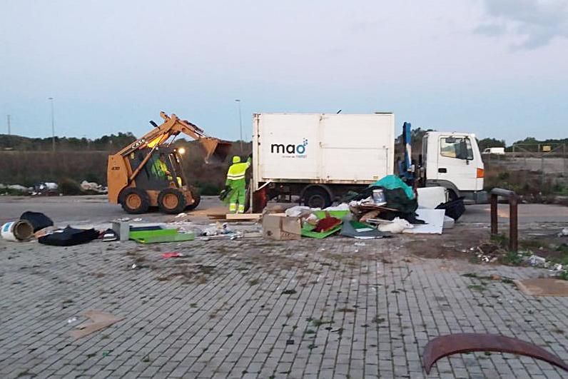 Imagen de las maniobras de limpieza (Foto: Ajuntament de Maó)