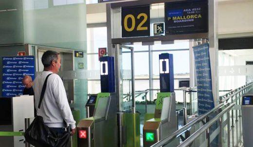 Un pasajero, ante el escáner (Foto: Tolo Mercadal)