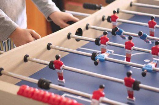 Jóvenes jugando al futbolín.