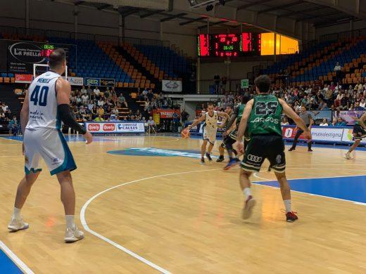 Pitu Jiménez intentando superar la defensa manchega en el partido de la primera vuelta - Foto: Hestia Menorca