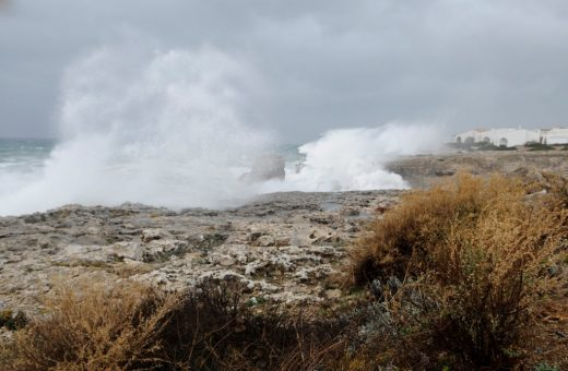 Las olas doficultan el tráfico marítimo en Menorca